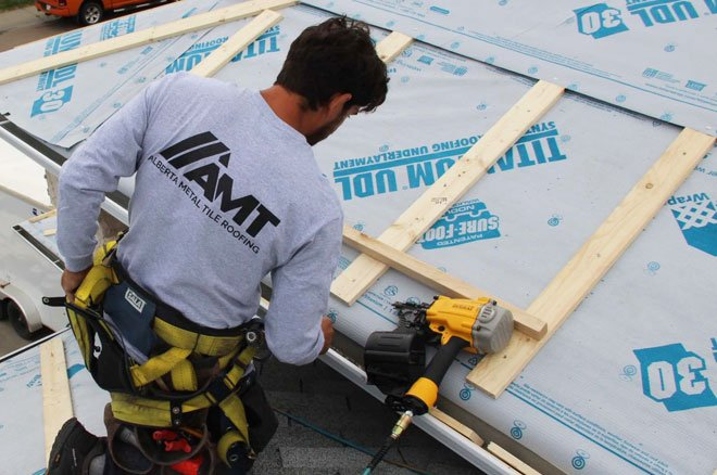 AMT Roofing installer